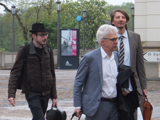 Antoine Deltour arriving at the Couthouse, with his lawyers William Bourdon and Philippe Penning