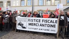 """Des soutiens mobilisés derrière la banderole du Comité """"Justice Fiscale, Merci Antoine"""""""
