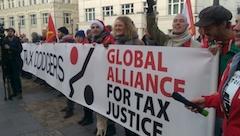 """Des soutiens mobilisés derrière une banderole du GATJ """"Stop Tax Dodgers"""""""
