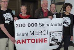 "Sign ""Merci Antoine"""