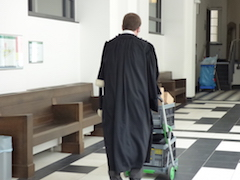 Le procureur David Lentz, poussant un chariot, de dos